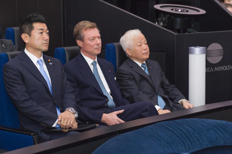 Jiro Akama, State Minister for Cabinet Office, S.A.R. le Grand-Duc et Naoki Okumura, président de l'Agence d'exploration aérospatiale japonaise (JAXA)