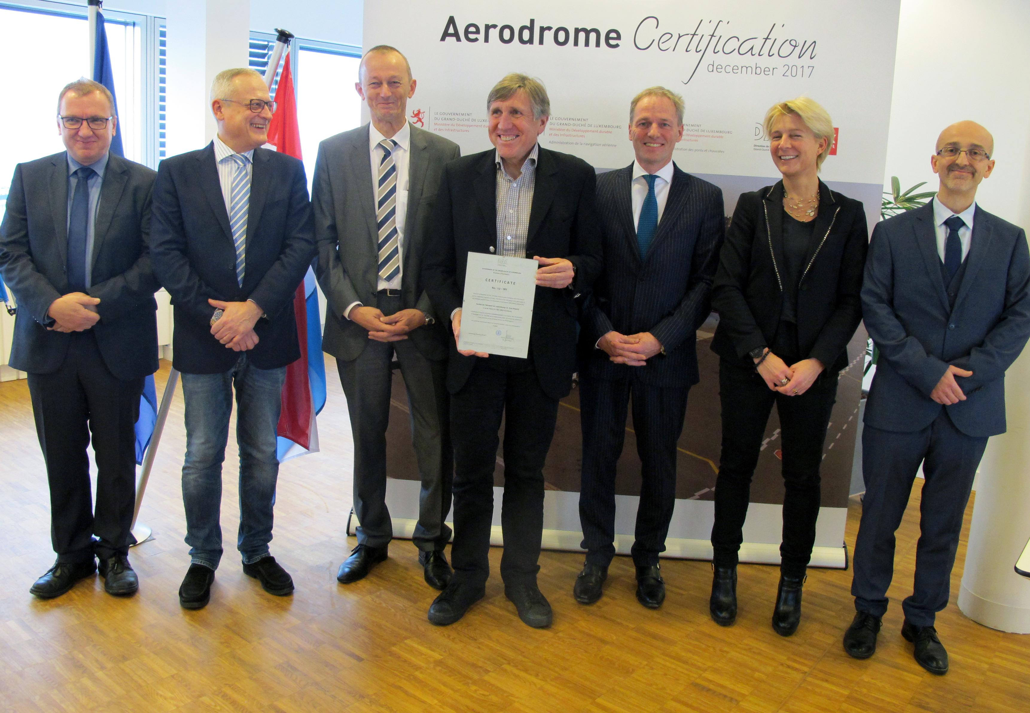 Claudio Clori (tout à droite sur l'image), nouveau directeur de l'Ana, lors de la présentation de la certification de l'aérodrome en décembre 2017. (Photo: MDDI)