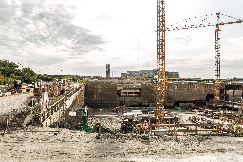 Pour le moment, l'emplacement du futur centre commercial est majoritairement occupé par l'espace sur lequel les parkings sont en cours de réalisation. (Photo: Maison Moderne)