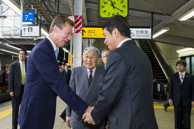 Gare de Tsuchiura Accueil par Oikawa Kazuhiko, gouverneur de la préfecture d'Ibaraki, Fujishima Masataka, président de l'assemblée préfectorale d'Ibaraki, et Yotoriyama Shigeru, directeur général de la police préfectorale d'Ibaraki