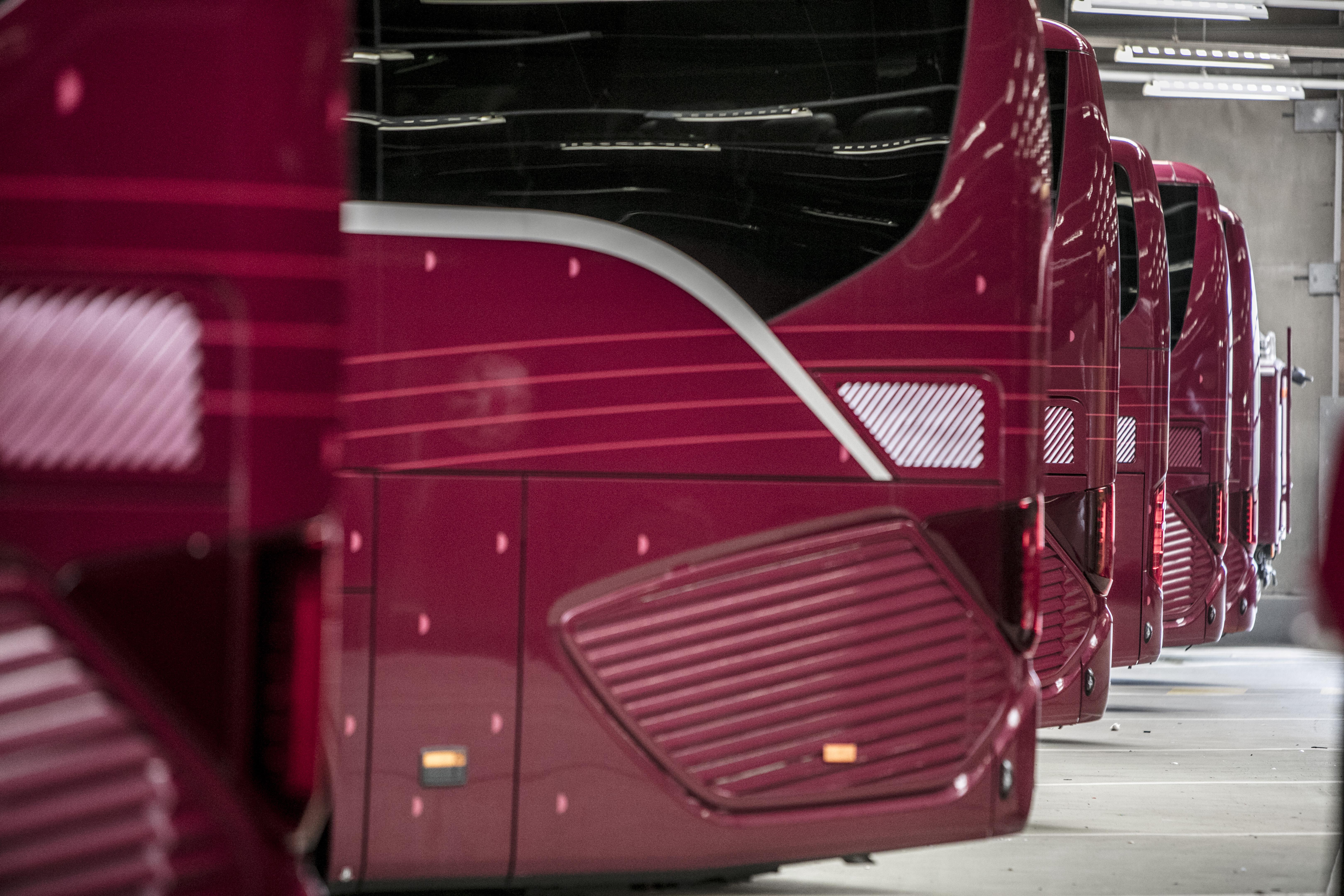 «Votre valise est en soute? Embarquez pour un voyage confortable dans les bus dernier cri de la compagnie.»