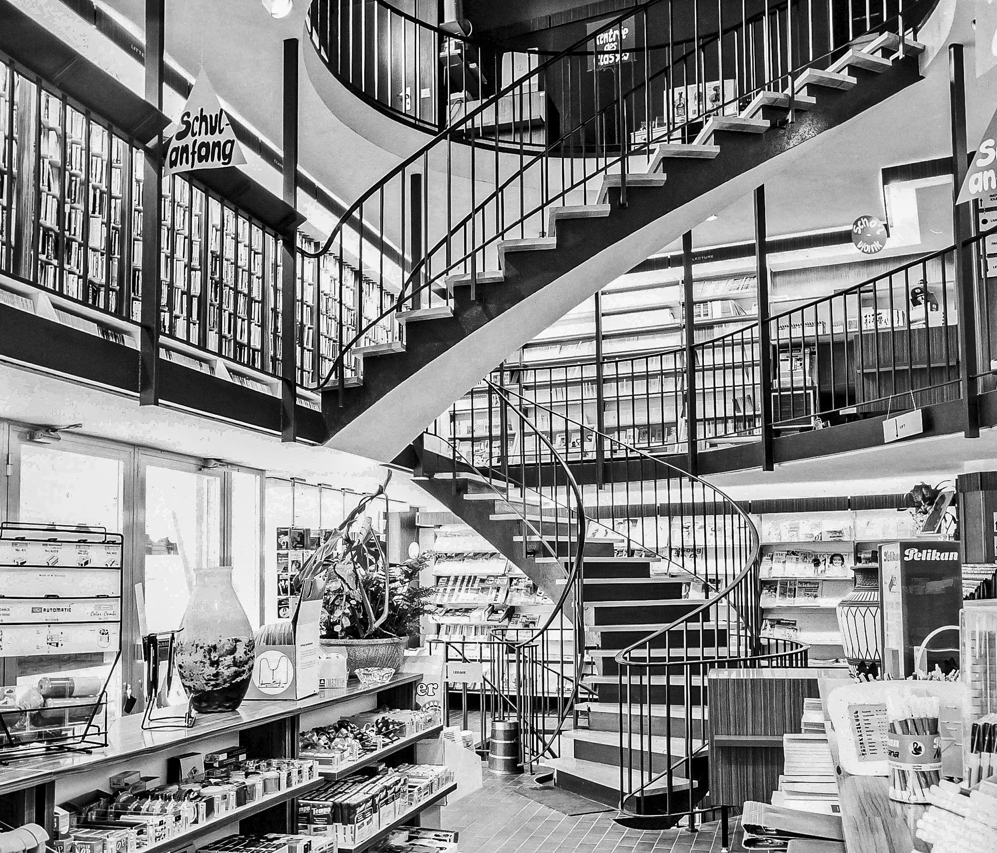 Le grand escalier en colimaçon dessert les étages de la librairie.
