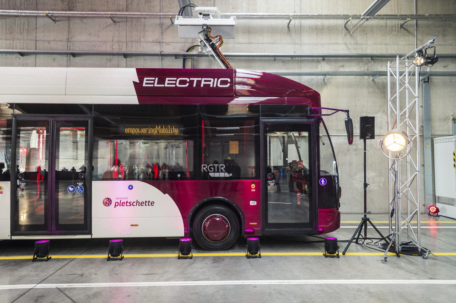 Les bus VDL choisis pour la ligne 305 sont chargés via deux systèmes: le principal qui utilise une caténaire... (Photo: Mike Zenari)
