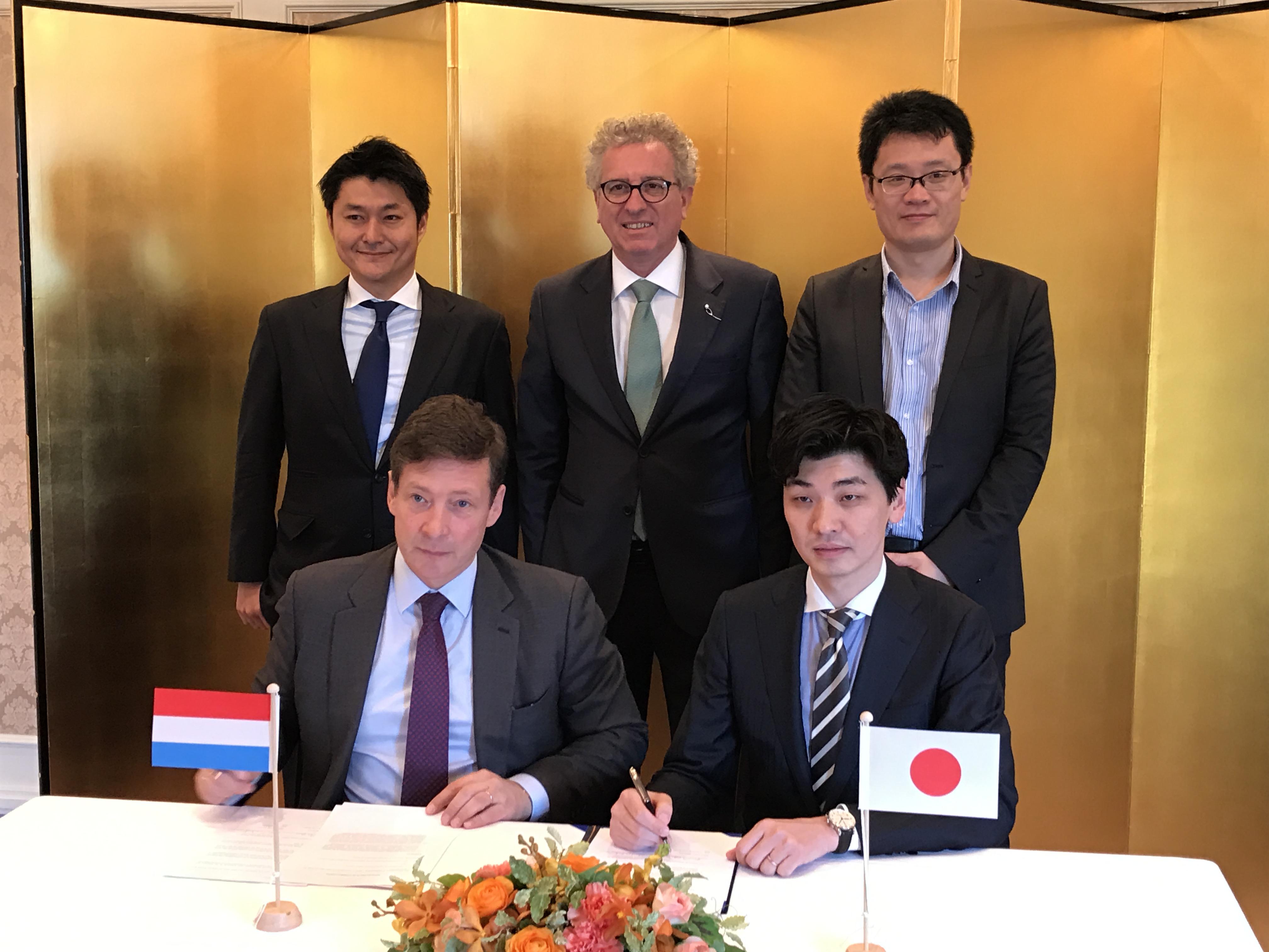 Nicolas Mackel et Hiroki Maruyama signant le memorandum of understanding