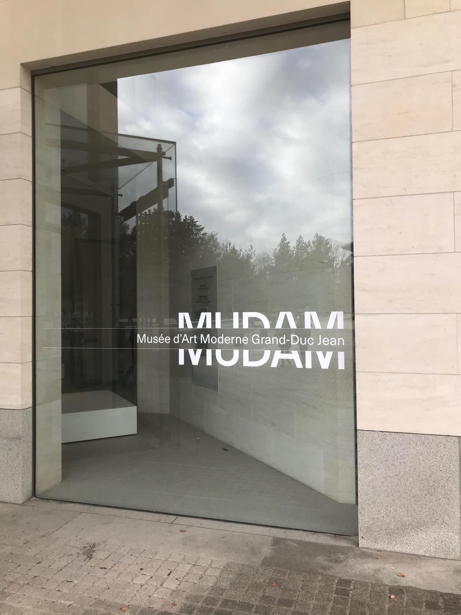 Les visiteurs découvrent le nouveau logo du Mudam dès l'entrée. (Photo: Mudam Luxembourg)