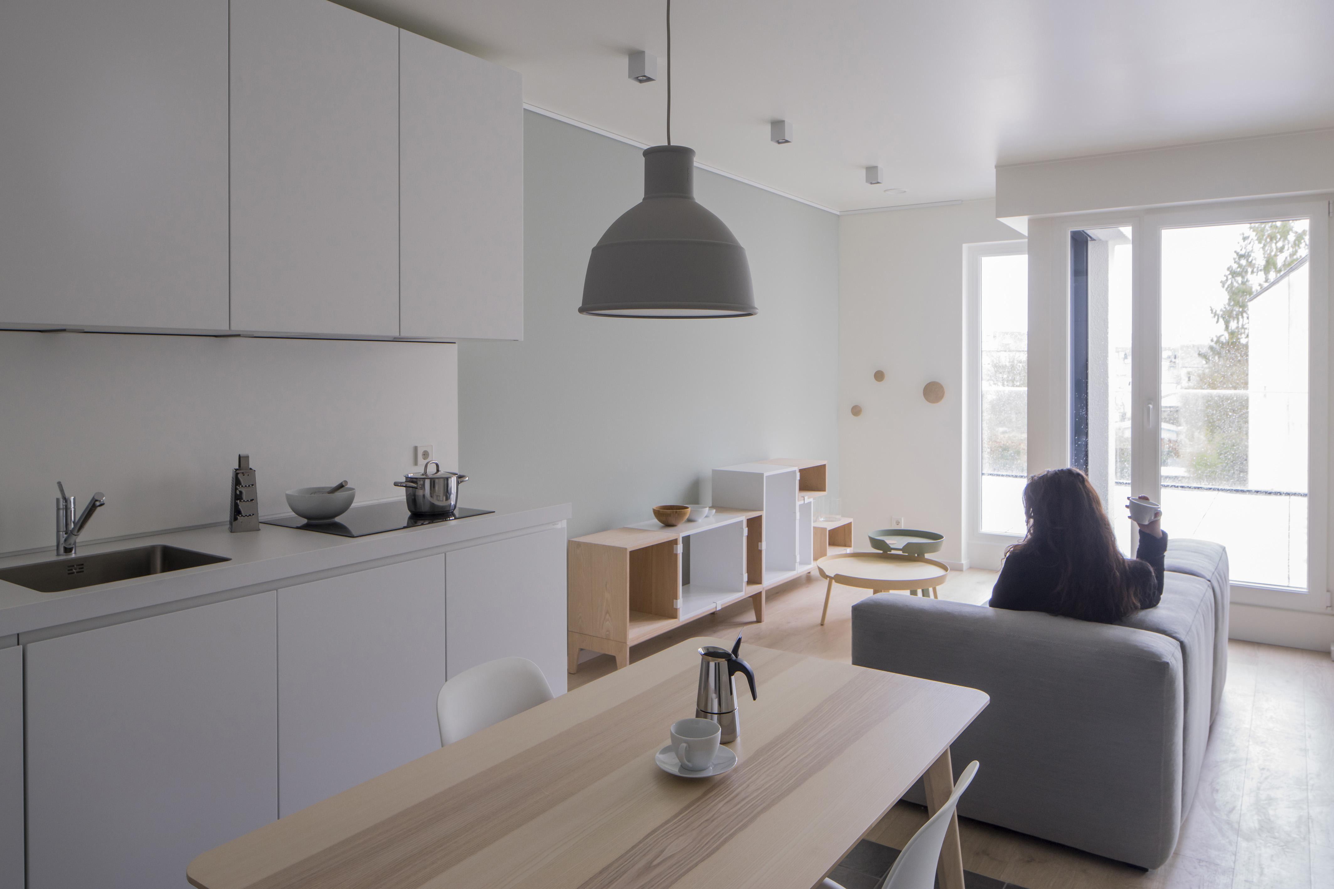 La pièce à vivre bénéficie d'une large baie donnant sur une terrasse.