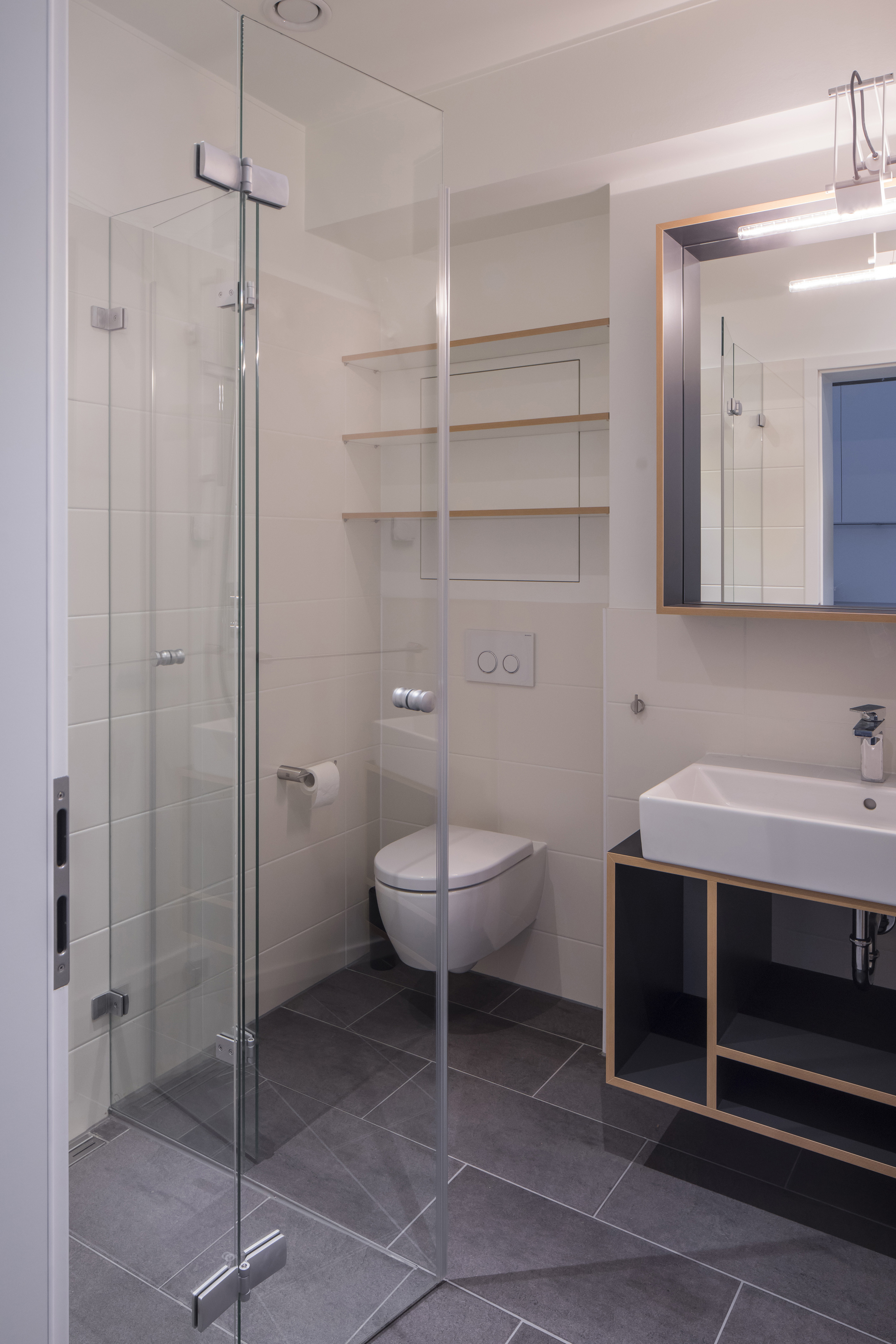 Dans la salle de douche, l'espace est optimisé.
