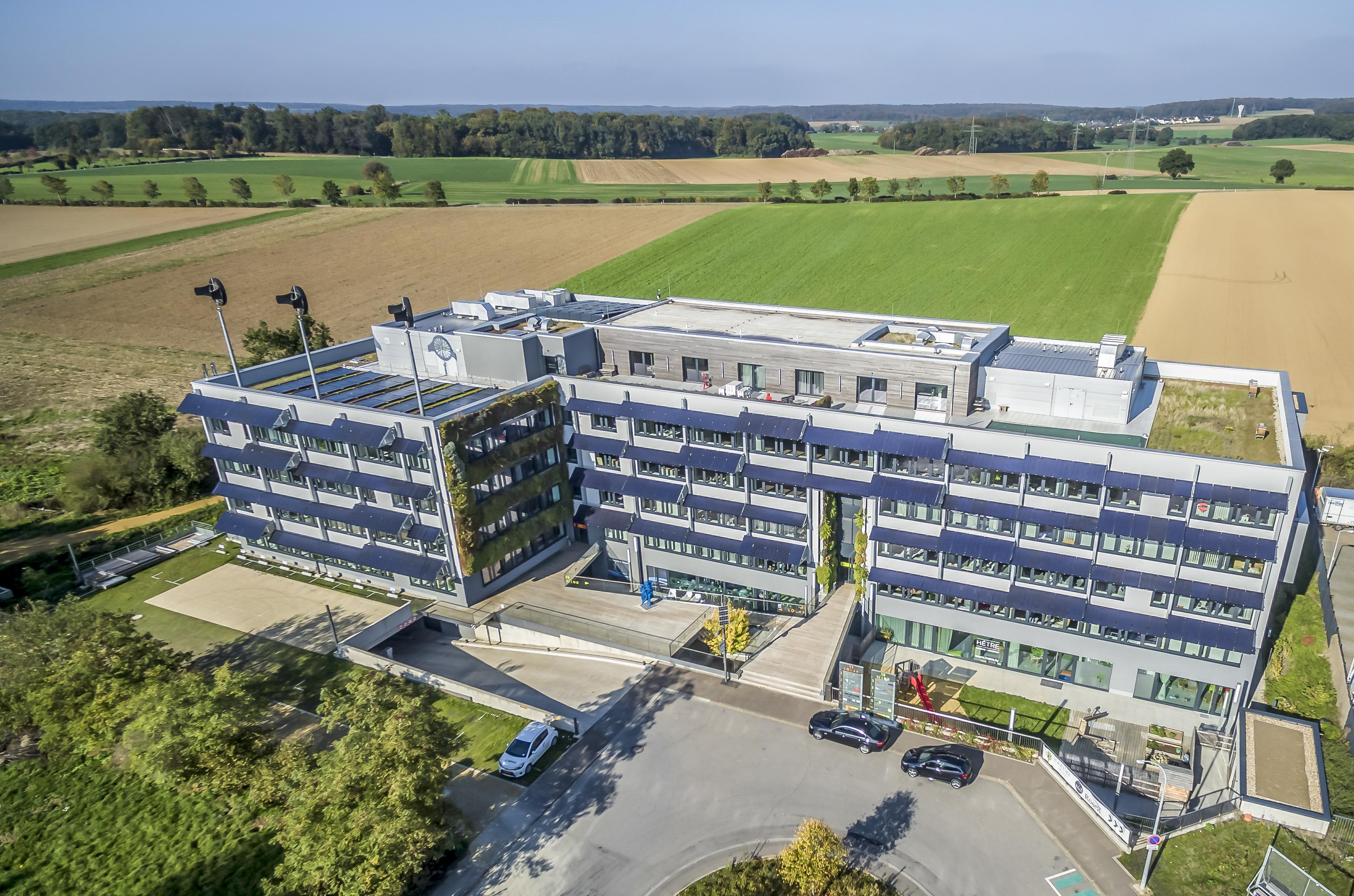 Le bâtiment du siège social, nommé Solarwind Windhof, de 10.000 mètres carrés construit en 2009 selon les normes environnementales rendues obligatoires presque 10 ans plus tard.