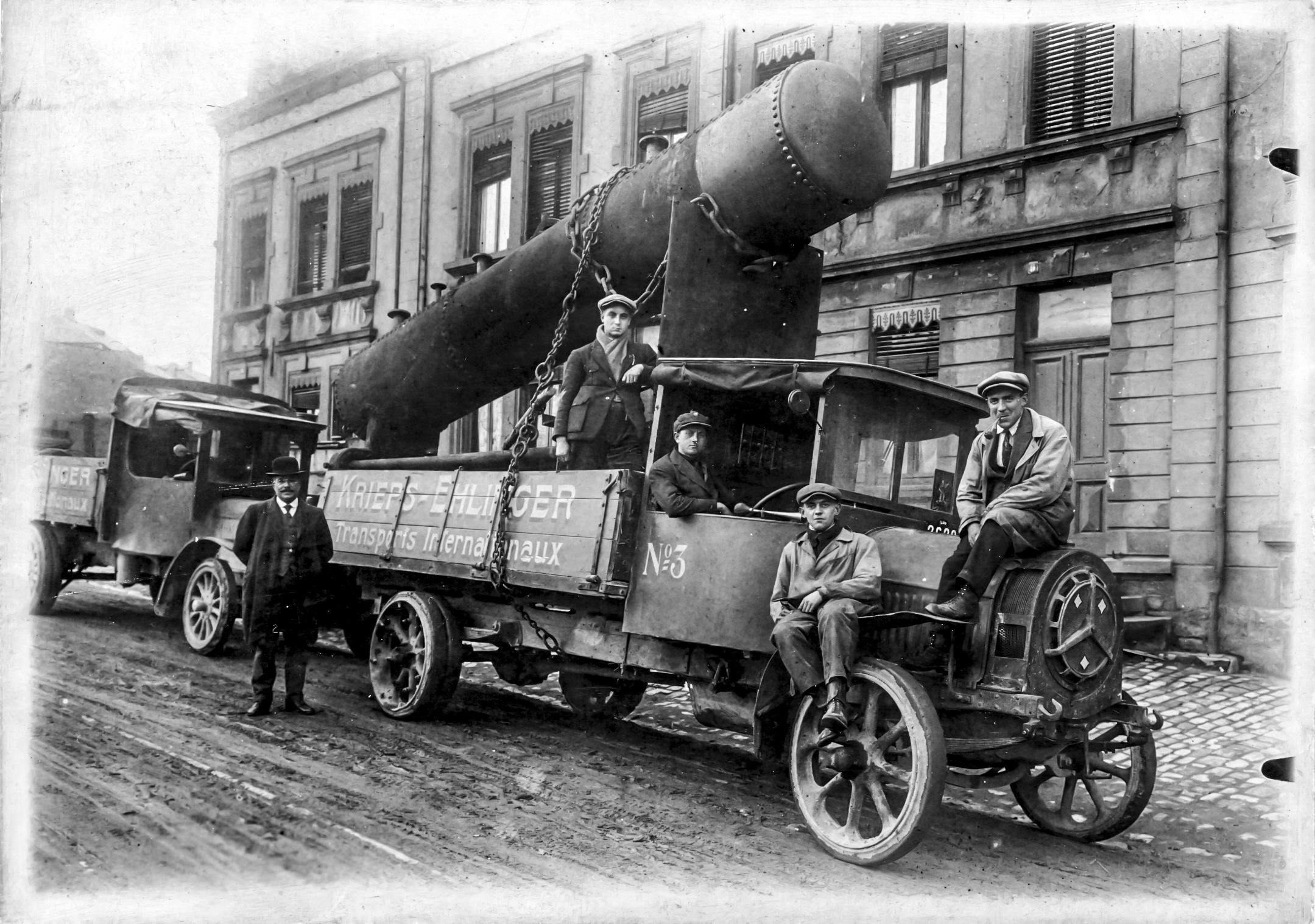 1928, naissance de l'union entre Adolphe Krieps et ses deux beaux-frères Ehlinger. C'est Robert Ehlinger que l'on voit assis sur le capot équipé d'un moteur De Dion-Bouton sur un châssis Berliet qu'il fallut carrosser.