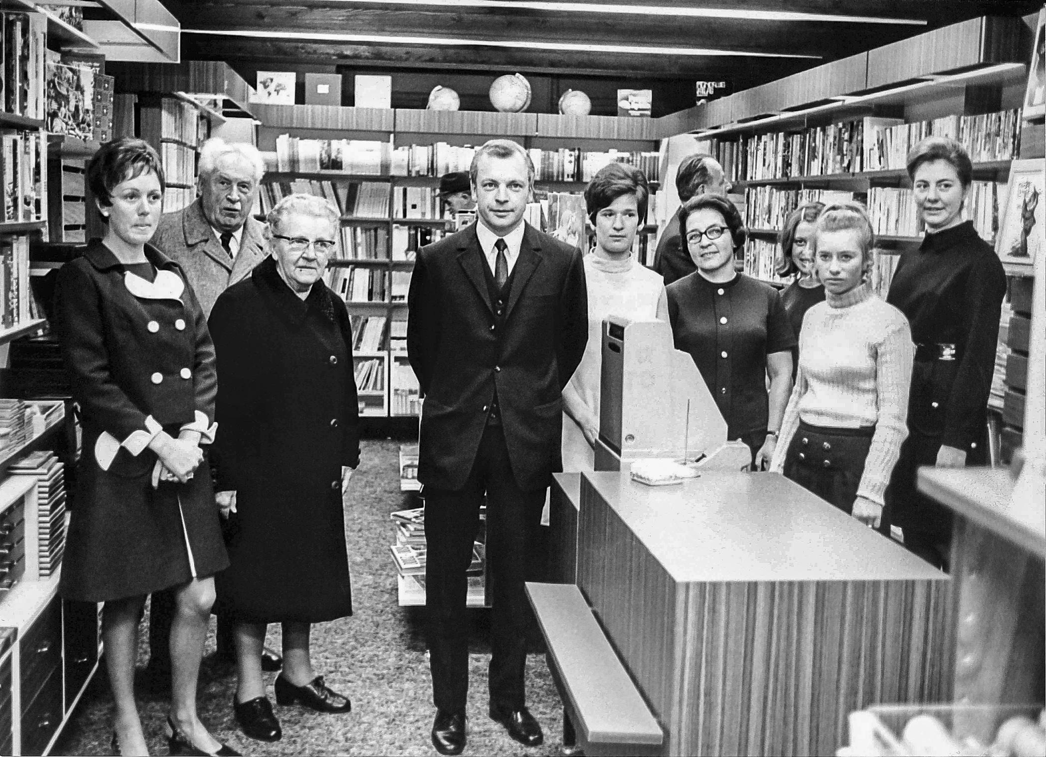 Pit Ernster et sa mère Claire Ernster-Kihn, alors âgée de 78 ans, lorsque la librairie emménage temporairement au 13 avenue de la Porte-Neuve (1969).