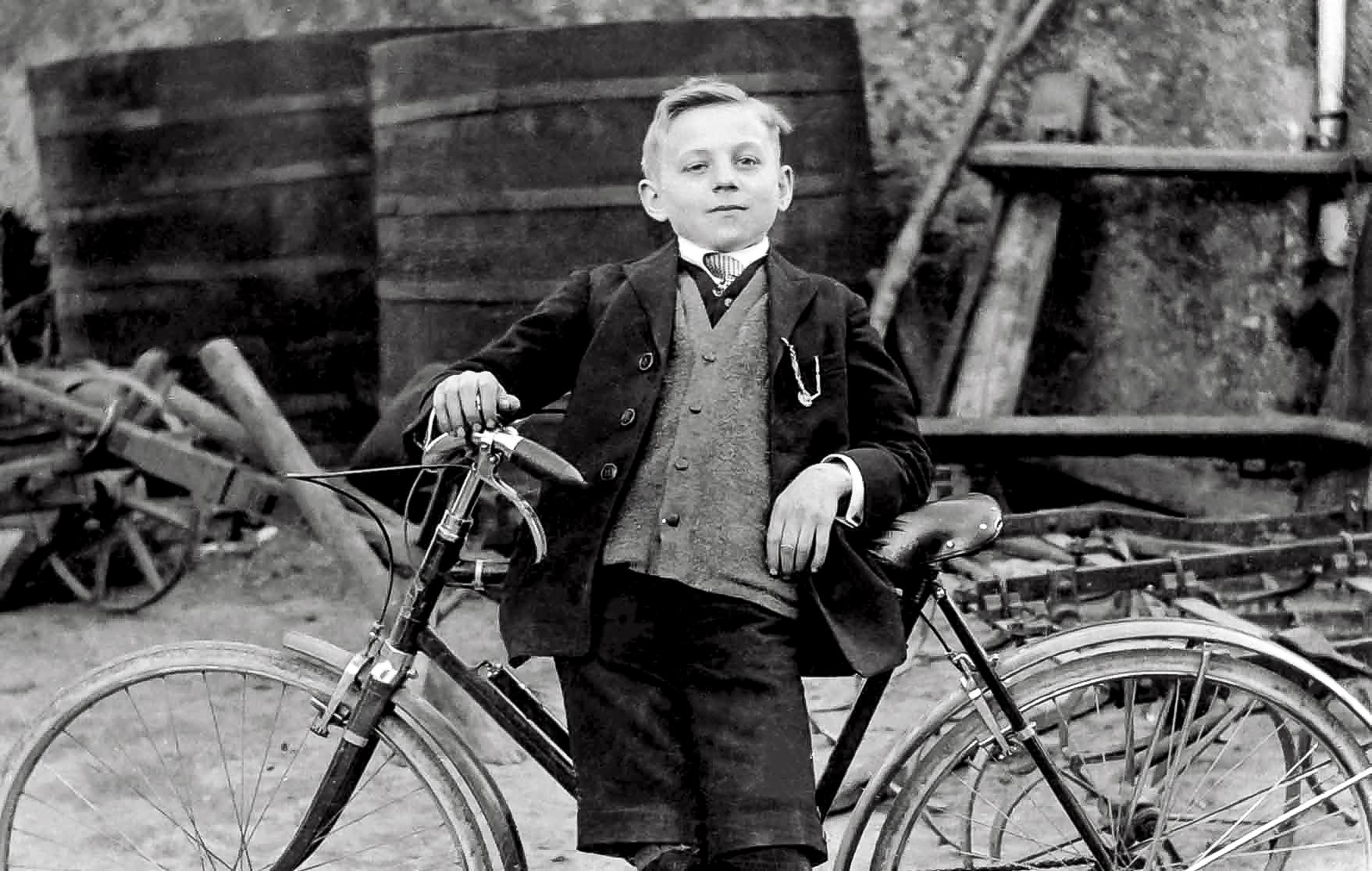 Emile Weber dans sa jeunesse a déjà la bougeotte... sur deux roues, pour le moment.