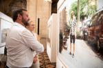 L.A.R. le Grand-Duc héritier Guillaume de Nassau et la Grande-Duchesse héritière Stéphanie de Lannoy à l'exposition ' Bad News'