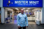 Le supermarché compte aussi une galerie avec des commerces, voici l'équipe de Mister Minit