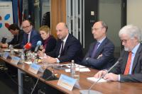 Nicolas Buck (Fedil), Tom Wirion (Chambre des Métiers), Sasha Baillie (ministère de l'Économie), Étienne Schneider (vice-Premier ministre, ministre de l'Économie), Michel Wurth (Chambre de Commerce), Raymond Schadeck (Luxinnovation).