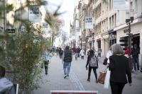 Consommateurs rue piétonne