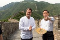 Xavier Bettel aux côtés de Li Jinzao, président de l'administration nationale chinoise du tourisme, sur la grande muraille de Chine.