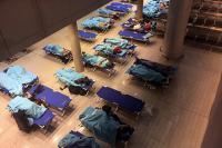Au milieu de la nuit, la protection civile a installé des lits d'appoint pour les passagers bloqués à l'aéroport.
