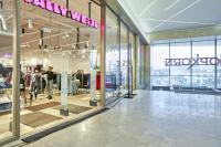 La galerie commerciale s'ouvre vers la ville grâce aux grandes baies vitrées.