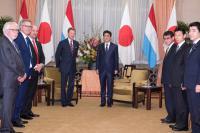 Entrevue de S.A.R. le Grand-Duc avec le Premier ministre du Japon, Shinzo Abe, en présence des ministres Étienne Schneider et Pierre Gramegna.