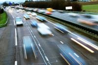 Flot de voitures sur l'autoroute