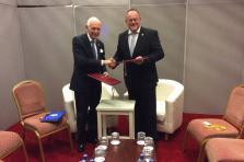 Lacy Swing, directeur général de l'Organisation internationale pour la migration (OIM) et Romain Schneider, ministre de la Coopération et de l'Action humanitaire.