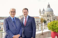 Paolo Baratta et Xavier Bettel lors de leur entrevue à Venise pour la signature du bail à l'Arsenale.