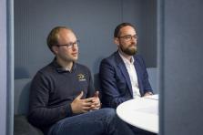 Oliver Schimek (à gauche), le CEO de Crosslend, et Alex Lawrence, le directeur général de Crosslend Luxembourg, dans les bureaux de Paperjam.