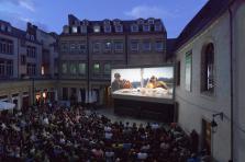 Le City Open Air Cinema with Orange attire la foule, comme ici dans la cour intérieure du Théâtre des Capucins.