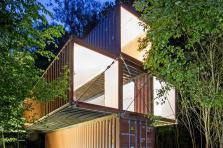 D'anciens conteneurs forment la structure du Centre d'Art Contemporain du Luxembourg belge.
