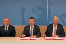 Stéphane Pallage, recteur de l'Université du Luxembourg, Marc Hansen, ministre délégué à  l'Enseignement supérieur et à la Recherche et Yves Elsen, président du conseil de gouvernance de l'Université du Luxembourg.
