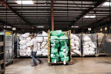 Cinq salariés sont dédiés au développement de Post Logistics. Pour les activités pures de tri, codage, dédouanement ou de préparation pour l'envoi, le groupe fait appel à ses salariés, mais également à des intérimaires en cas de pic d'activité.