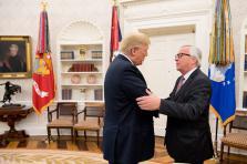Suite à la visite de Jean-Claude Juncker à Washington, les États-Unis n'imposeront pas l'importation des voitures européennes d'une taxe de 25% supplémentaire. Du moins pour l'instant.