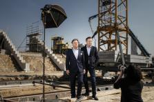 Marc et Paul Giorgetti prennent la pose sur le chantier du nouveau stade national.