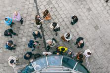 La surveillance sur le lieu de travail peut notamment se matérialiser par la mise en place d'un système d'accès par badge aux entrées et sorties.