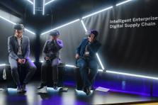 SAP présente à ses clients sa collaboration avec Adidas dans la conception de sa «speed factory», une usine quasiment entièrement automatisée et capable de produire des chaussures personnalisées, à travers une expérience de réalité virtuelle.
