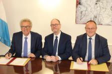 Pierre Gramegna (à gauche) et Romain Schneider (à droite), ont signé le sixième accord administratif avec la CGPA, en présence de Timothy Lyman du CGAP.