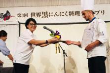 L'ail noir a mené le jeune chef jusqu'au Japon.