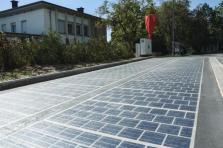 La route solaire s'étend sur 15 mètres sur 3. La production d'énergie solaire fournit en électricité les serveurs de l'administration de Sanem.