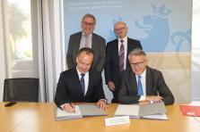 Nico Binsfeld, Skills Bridge (à gauche, debout), Romain Siebenaler, Cisco (à droite, debout), Piotr Pluta, Cisco (à gauche, assis) Nicolas Schmit, ministre du Travail (à droite, assis). (Photo: ministère du Travail)