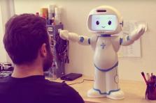 LuxAI a développé un robot humanoïde spécialisé dans les interactions avec des personnes en difficulté.