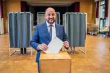 Étienne Schneider est apparu détendu au bureau de vote de Cessange.