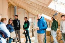 François Cordier (au centre en bleu), le CEO et cofondateur de Leko, lors du chantier de la maison familiale de Sandweiler utilisant la technologie Leko.
