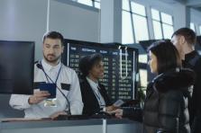 Pour prouver son identité, le détenteur du passeport n'a qu'à poser le doigt sur un capteur.