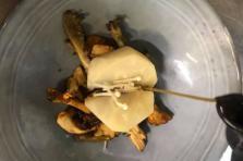 Céleri cuit en croûte de sel, fricassée de champignons des bois et bouillon Dashi végétal parfumé.