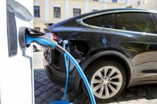 Les primes pour les voitures électriques neuves s'élèvent à 5.000 euros. Les acheteurs d'un nouveau vélo en 2019 pourront eux bénéficier d'une prime allant jusqu'à 300 euros.