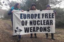 Tilly Metz (ici à gauche) a été arrêtée sur la base militaire de Kleine-Brogel en Belgique ce mercredi matin avec les eurodéputées Michèle Rivasi et Molly Scott Cato.