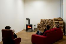 L'artiste János Sugár expose «Fire in the Museum» (2008/2018), un feu constant pendant la durée de l'exposition.