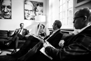 Dans son bureau de Premier ministre, des portraits de Marilyn Monroe, Andy Warhol et Pablo Picasso.