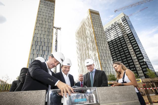 La pose de la première pierre d'OBH (Offices Boutique Hôtel), un nouveau complexe lancé au Kirchberg par Cmil, a été célébrée le lundi 3 septembre. Le site comprendra entre autres 11.500m2 de bureaux et un hôtel de 145 chambres.