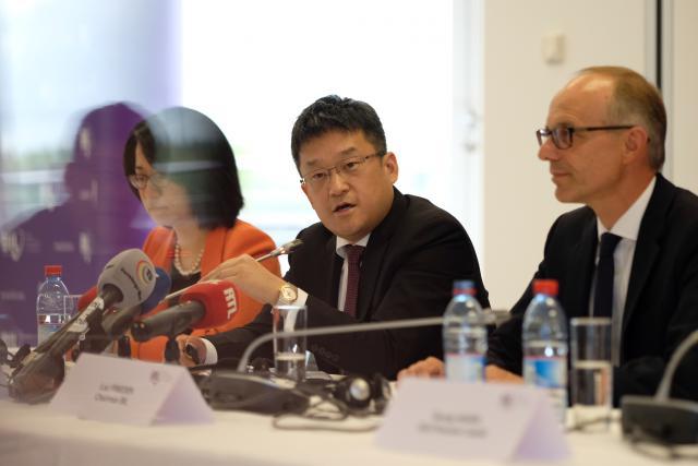 Peng Li, senior VP de Legend Holdings, et Luc Frieden, président du conseil d'administration de la Banque, ont officialisé la vente face à la presse.